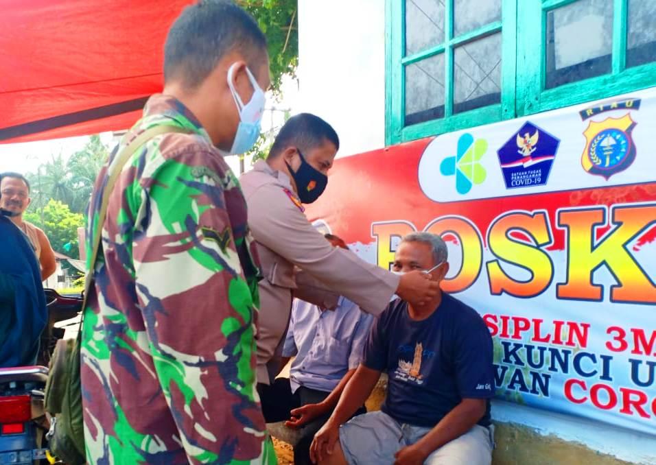 Babinsa Bersama Bhabinkamtibmas Kecamatan Rambah Sambangi Pos PPKM di Wilayah Binaan