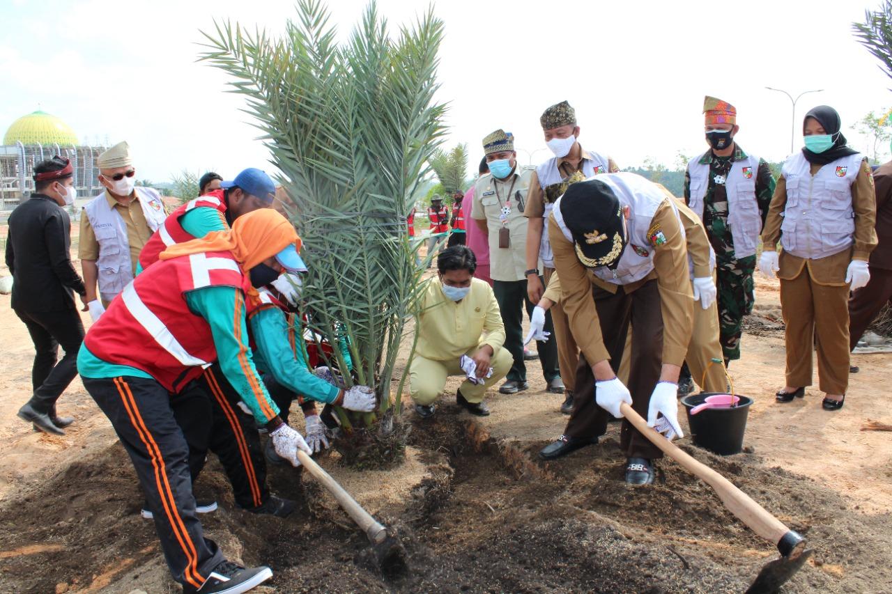 Memperingati Hari Jadi Kota Pekanbaru Ke-237, Forkopimda kota Pekanbaru Lakukan Penanaman Pohon Kurma